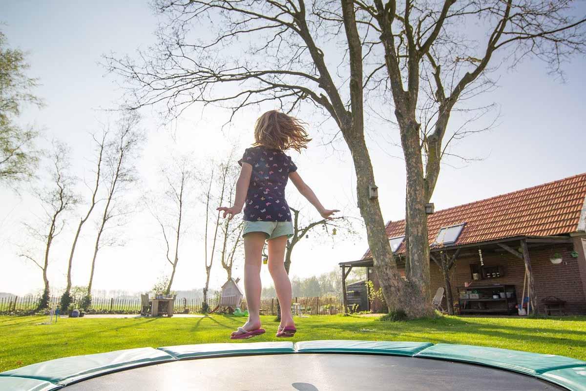 trampolin mädchen spass kind springen garten natur