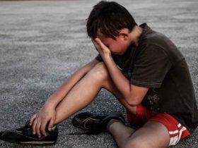jugendlicher weinen sport traurig